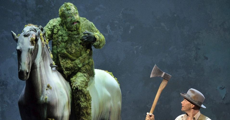 24.jul.2013 - Atores austríacos encenam peça de teatro, nesta quarta-feira (24), em Salzburgo. A cidade sedia festival de artes nesta semana