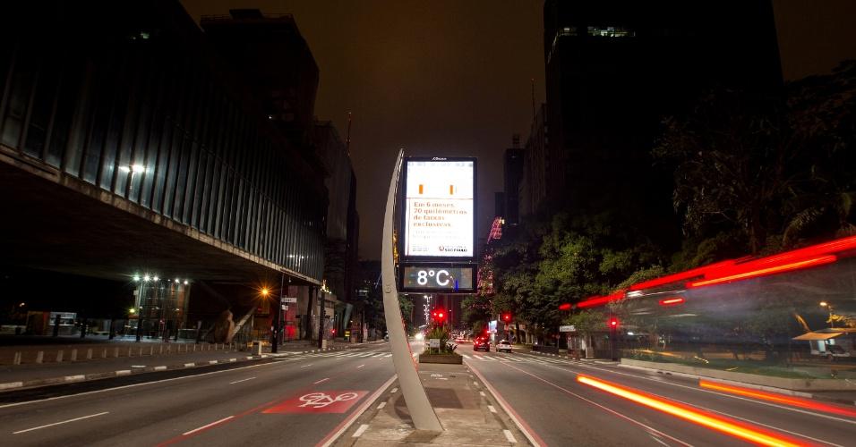 24.jul.2013 - Em imagem usando recurso de longa exposição, termômetro na avenida Paulista, região central de São Paulo, marca 8ºC na madrugada desta quarta-feira (24)
