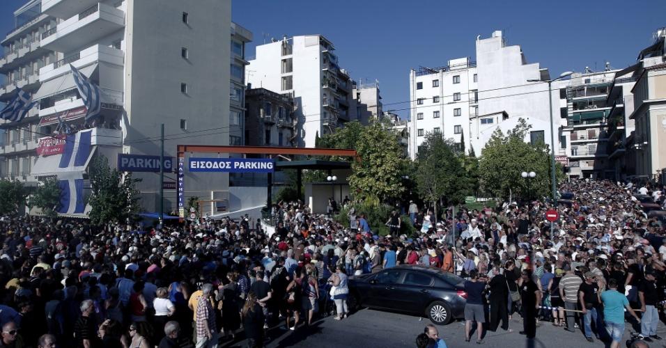 """24.jul.2013 - Gregos participam da distribuição de comida e roupas organizada pelo partido neonazista, intitulada """"só para gregos"""", nesta quarta-feira (24), em Atenas. A polícia local proibiu manifestações dos grupos de extrema-direita na região central da cidade"""