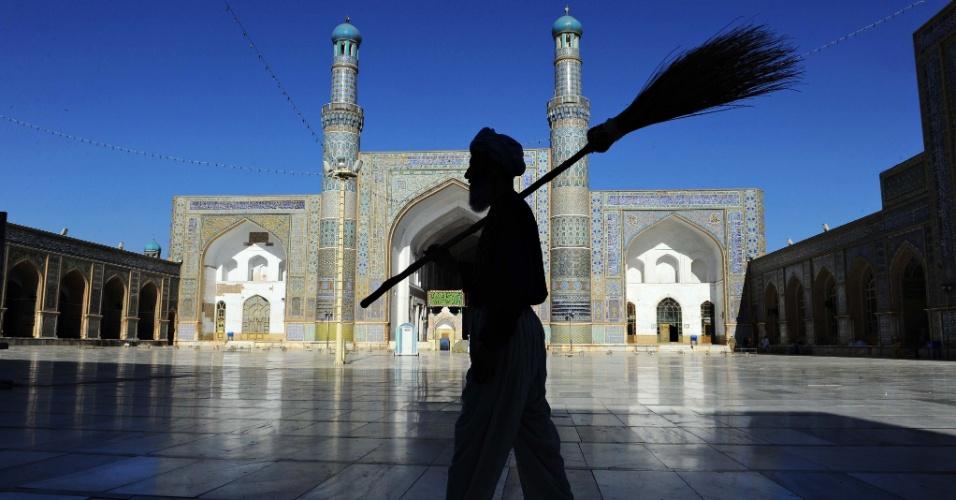 24.jul.2013 - Homem afegão carrega vassoura em frente a uma mesquita, nesta quarta-feira (24), em Herat, durante mês do ramadã
