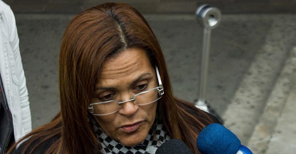 24.jul.2013 - Marta Consoli, mãe de Bianca Consoli - morta aos 19 anos em 2011 - chega ao Fórum Criminal da Barra Funda, zona oeste de São Paulo, para o segundo dia de julgamento do motoboy Sandro Dota, acusado do crime, nesta quarta-feira (24)