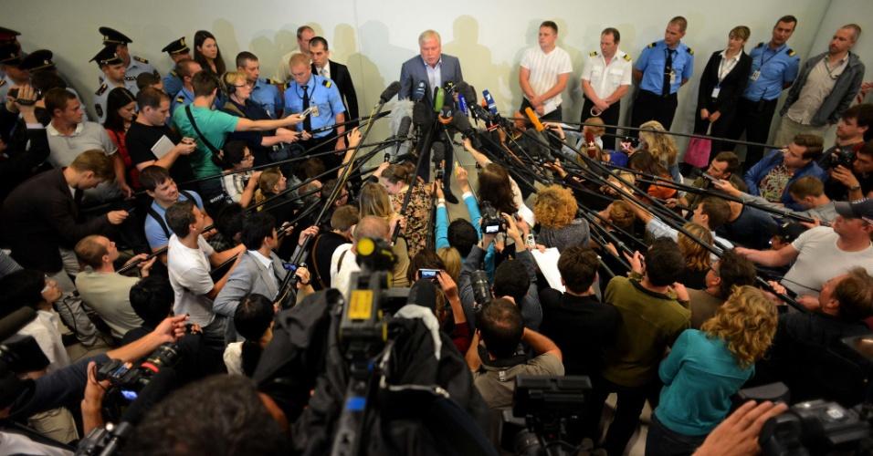 24.jul.2013 - O advogado Anatoly Kucherena (centro), que representa o dissidente americano Edward Nowden, conversa com jornalistas, nesta quarta-feira (24), no terminal F do aeroporto de Moscou. Ele afirmou que vai entregar ao seu cliente uma cópia do romance Crime e Castigo, de Fyodor Dostoyevsky. Não há um prazo para que Snowden deixe o local