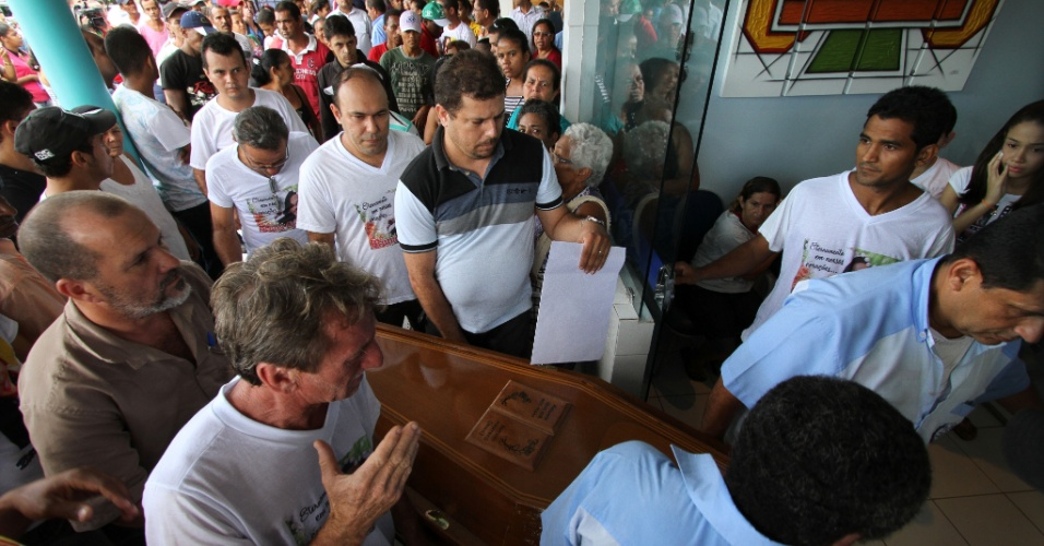 24.jul.2013 - O corpo da turista paulista Bruna Gobbi, de 18 anos, que morreu na última segunda-feira (22), após ser atacada por um tubarão, na praia de Boa Viagem, no Recife, chega ao cemitério São Luiz, no município de Escada, na zona da mata sul de Pernambuco, onde será enterrado