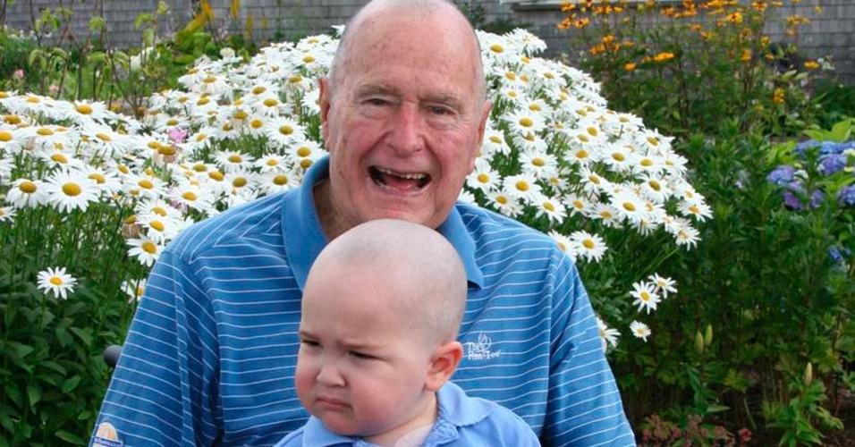 24.jul.2013 - O ex-presidente dos Estados Unidos, George H.W. Bush, raspou a cabeça em sinal de solidariedade a Patrick, um filho de um dos seus seguranças, que se trata de leucemia. Ele posou para foto nesta quarta-feira (24) com a criança em seu colo em Walker's Point, no Estado de Maine