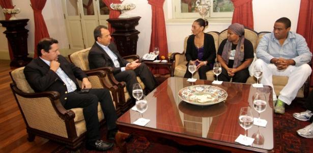 O governador do Rio de Janeiro, Sergio Cabral (2º da esq. para a dir.), participou de reunião com os familiares do pedreiro Amarildo Dias de Souza, no último dia 24