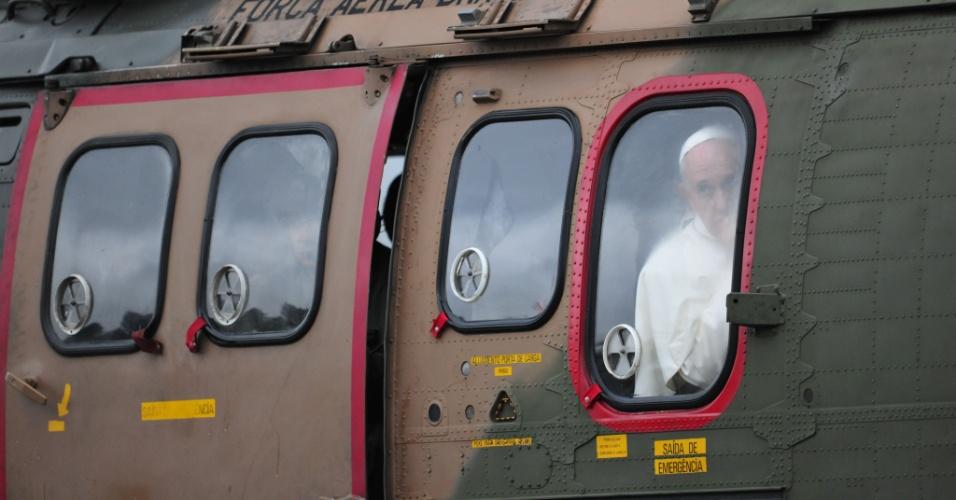 24.jul.2013 - O papa Francisco a bordo de helicóptero da Força Aérea Brasileira, nesta quarta-feira (24), enquanto deixava a cidade de Aparecida (SP), onde participou de celebração no Santuário Nacional. Sumo pontífice já está no Rio de Janeiro