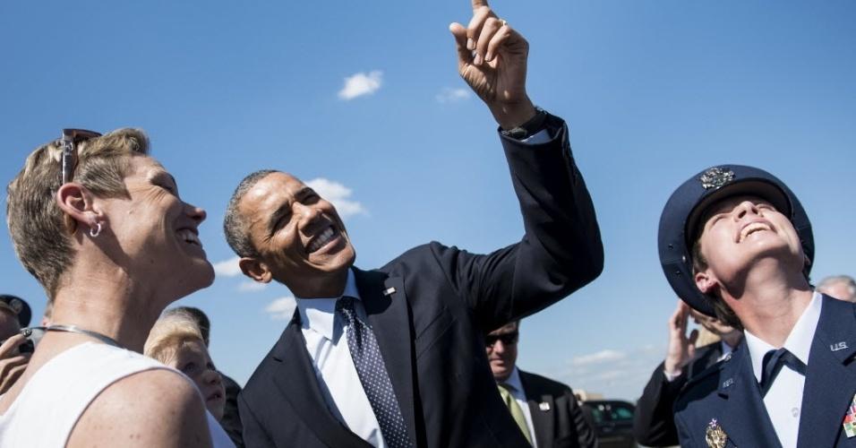 24.jul.2013 - O presidente dos Estados Unidos, Barack Obama, conversa com cidadãos na Base da Força Aérea, em Whiteman, no Missouri, nesta quarta-feira (24). Ele viajou de Illinois até o Missouri para falar sobre economia