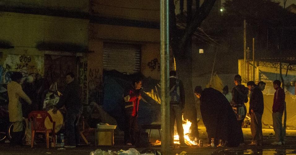 24.jul.2013 - Pessoas se aquecem ao redor de fogueira na região da Luz, no centro de São Paulo, na madrugada desta quarta-feira (24), quando a temperatura em regiões periféricas chegou a 4ºC. Na avenida Paulista, a temperatura era de 8ºC