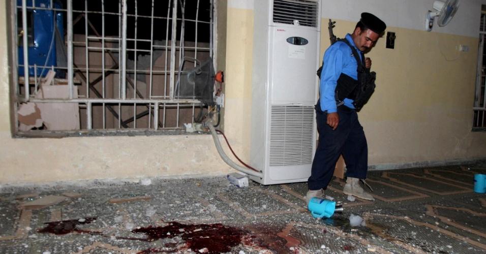 24.jul.2013 - Policial inspeciona local de atentado a bomba em Kirkuk, 250 km ao norte de Bagdá (Iraque), nesta quarta-feira (24). Duas explosões a bomba, ao lado de duas mesquitas sunitas mataram sete pessoas na cidade, na noite desta terça-feira. Outras explosões em Kut e na capital deixaram outros cinco mortos