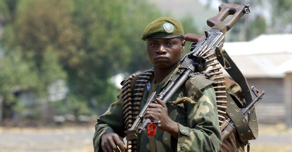24.jul.2013 - Soldado do Exército da República Democrática do Congo carrega metralhadora, nesta quarta-feira (24), em Kanyaruchinya. Grupos rebeldes anunciaram ter matado mais de 400 integrantes das forças do governo durante confrontos nos últimos dias