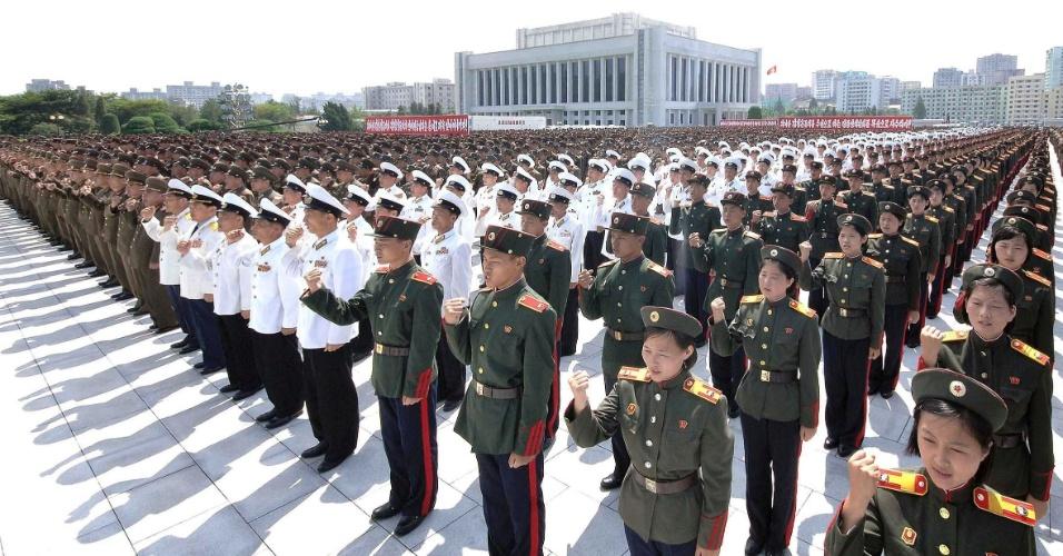 24.jul.2013 - Soldados do Exército da Coreia do Norte participam de desfile comemorativo do 60º aniversário do fim da Guerra da Coreia, nesta quarta-feira (24), em Pyongyang