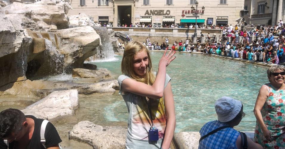 24.jul.2013 - Turista joga moeda na Fonte de Trevi e faz um pedido, nesta quarta-feira (24), em Roma. Durante esta semana os termômetros na Itália alcançaram 40º C