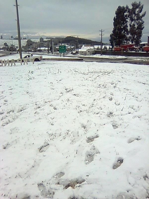 25.jul.2013 - Imagens tiradas por Everton Santos Ferreira no dia 22 de julho mostram o acúmulo de neve depois de cinco horas de nevasca em Papanduva (SC)