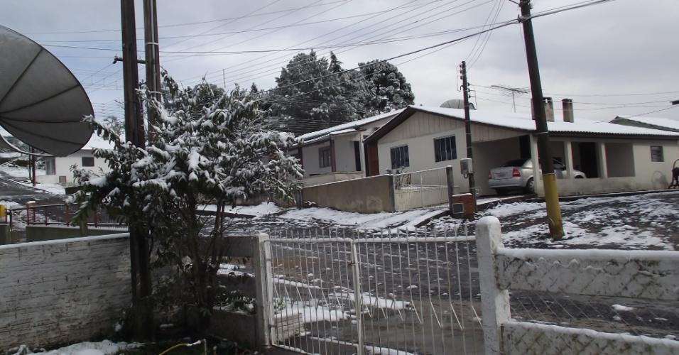 25.jul.2013 - Imagens tiradas por Paula Sztoltz Piroski nos dias 22 e 23 de julho mostram nevasca em Itaiópolis (SC)