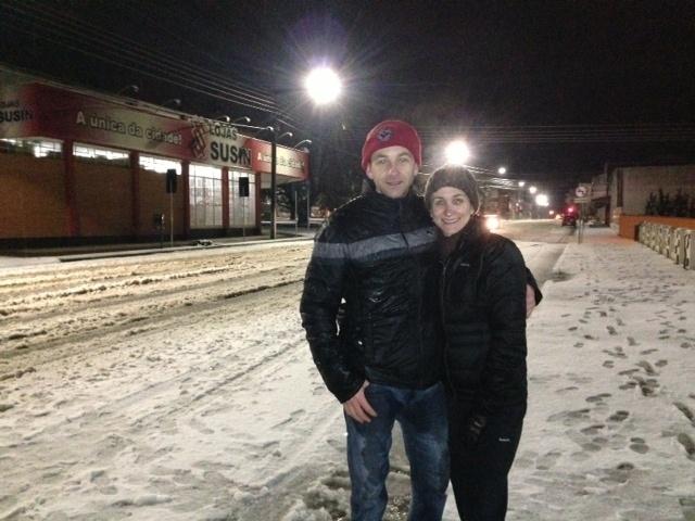 25.jul.2013 - Marcelo e Lilian, de Canoinhas (SC), posam para a foto na paisagem cheia de neve na cidade
