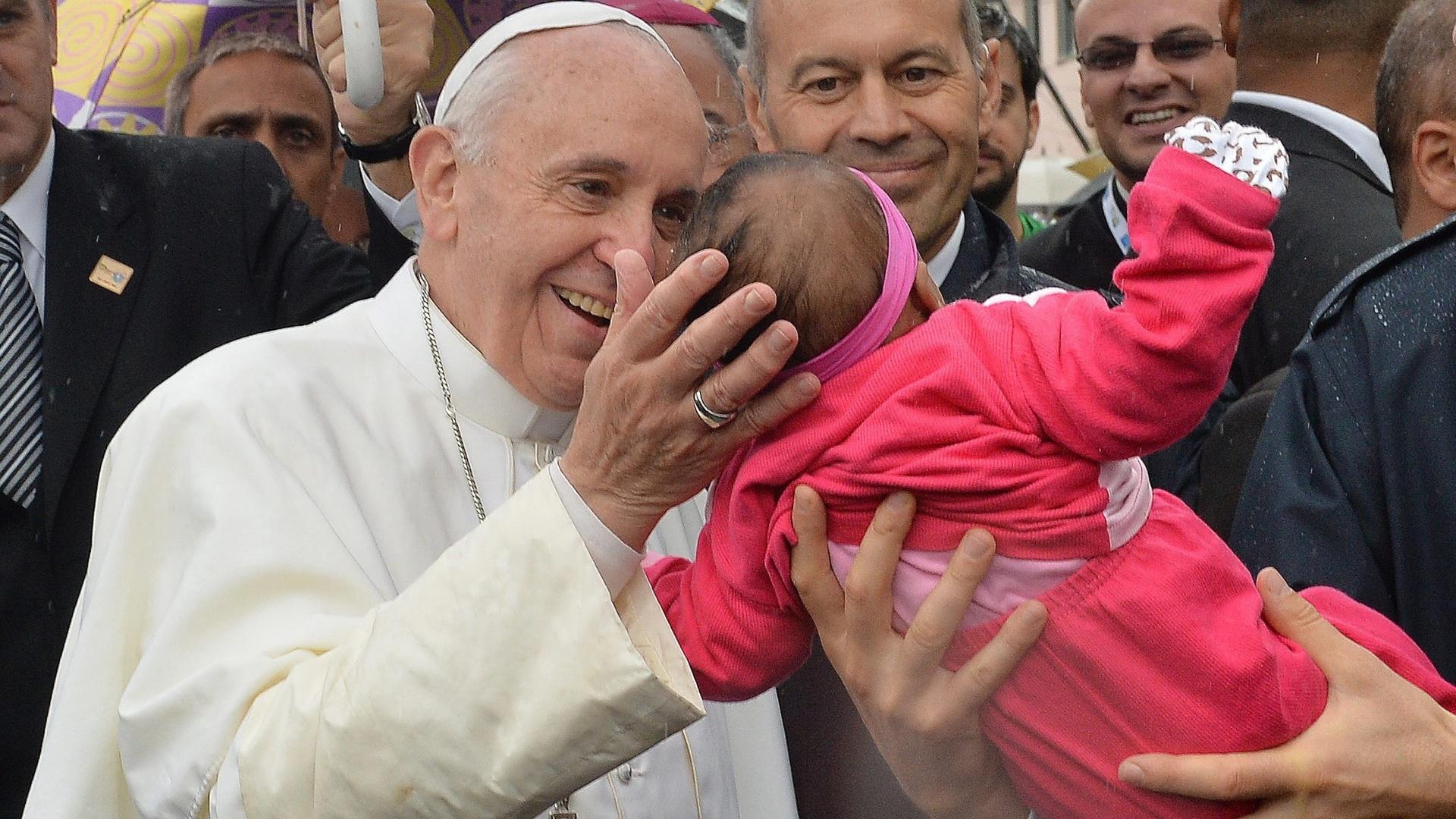 http://imguol.com/c/noticias/2013/07/25/25jul2013---papa-francisco-abencoa-bebe-durante-sua-visita-a-favela-varginha-no-complexo-de-manguinhos-zona-norte-do-rio-nesta-quinta-feira-o-pontifice-fez-um-discurso-na-comunidade-e-entrou-na-casa-1374781577518_1920x1080.jpg