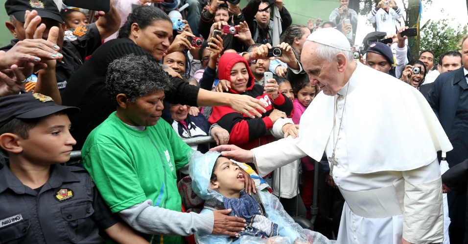 25.jul.2013 - Papa Francisco abençoa menino durante visita à favela Varginha, no Complexo de Manguinhos, zona norte do Rio, nesta quinta-feira