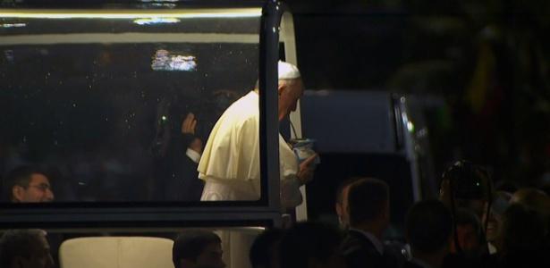Papa Francisco bebe em cuia durante sua passagem com o papa móvel na praia de Copacabana
