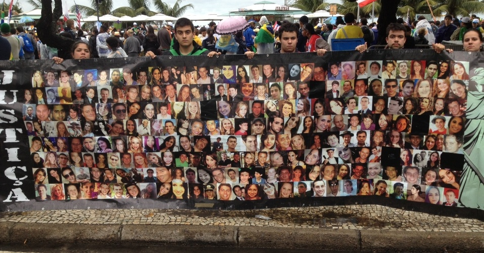 Peregrinos de Santa Maria fazem homenagem a mortos em incêndio na boate Kiss em Copacabana