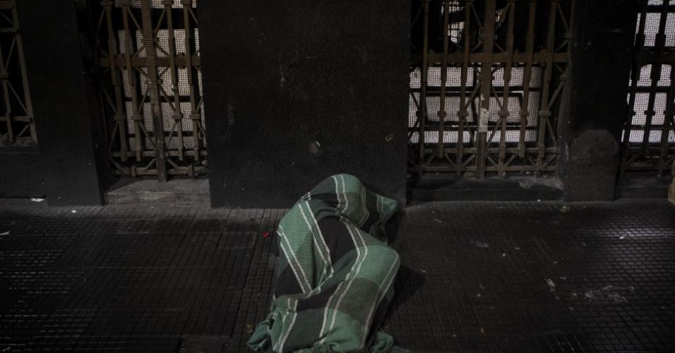 25.jul.2013 - Casal distribui roupas para moradores de rua na região central de São Paulo