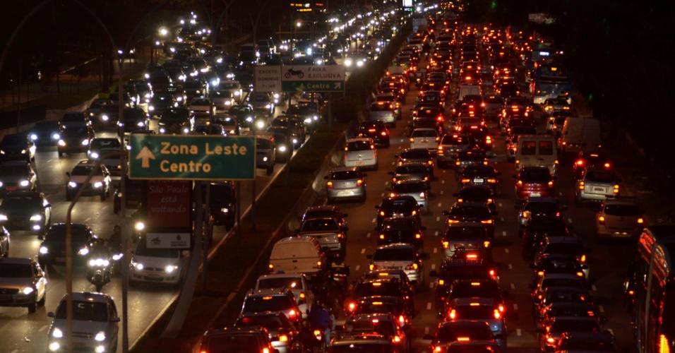 26.jul. 2013 -Trânsito intenso nos dois sentidos da avenida 23 de Maio, próximo ao parque do Ibirapuera, zona sul de São Paulo, no final da tarde desta sexta-feira (26)