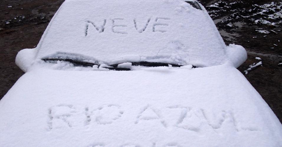 26.jul.2013 - A internauta Ghessi Buco enviou uma imagem de Rio Azul (PR) e disse que até às 16h daquele dia a neve ainda permanecia na cidade