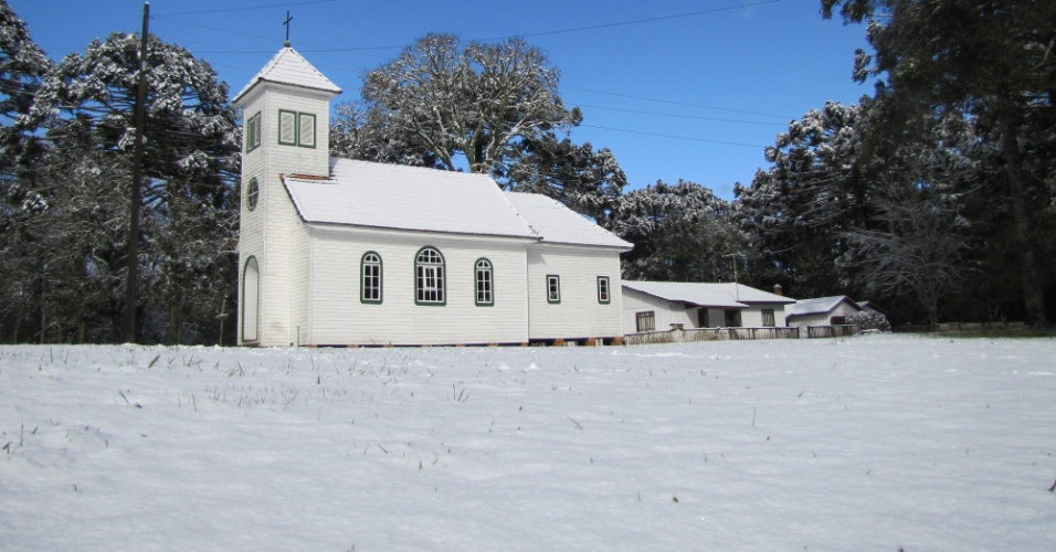 26.jul.2013 - Carlos Ribeiro, analista ambiental do ICMBio, mostra imagens de 23 de julho da capela Nossa Senhora de Fátima, na Floresta Nacional de Três Barras, município de Três Barras (SC)