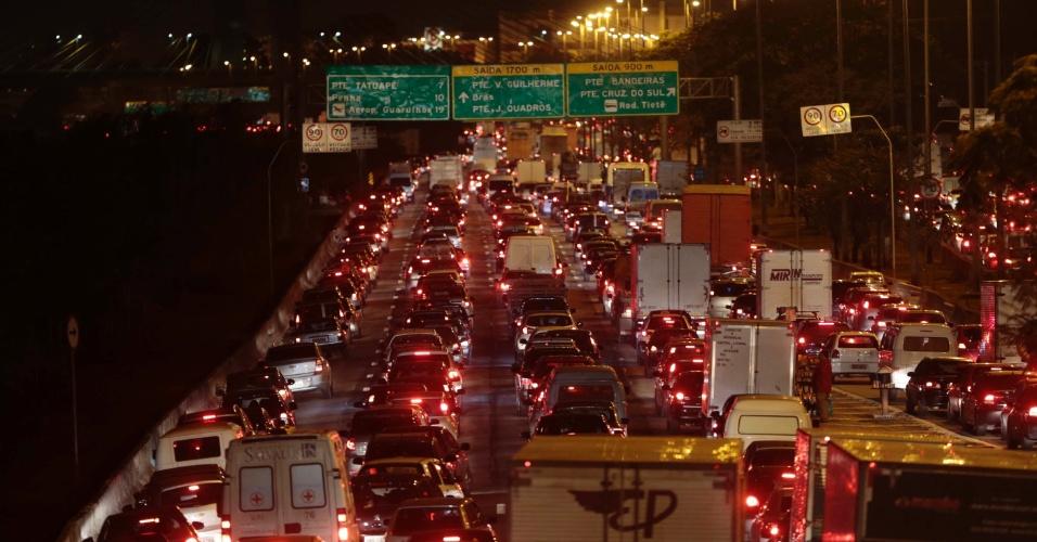 26.jul.2013 - Congestionamento de veículos na marginal Tietê sentido Penha, em São Paulo. Com 300 km de filas, a cidade de São Paulo bateu o recorde de congestionamento da história no período da noite às 19h30 desta sexta-feira, segundo a CET (Companhia de Engenharia de Tráfego)
