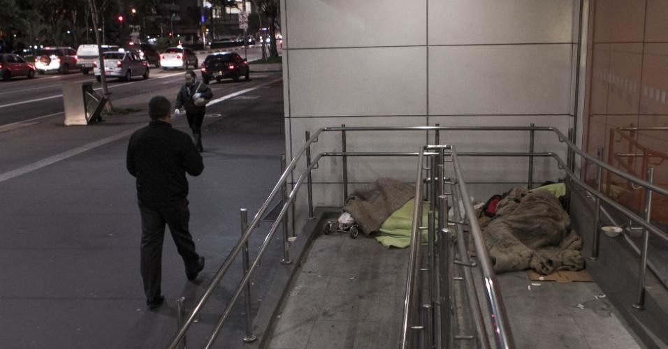 26.jul.2013 - Moradores de rua enfrentam o frio na avenida Consolação, na região central de São Paulo