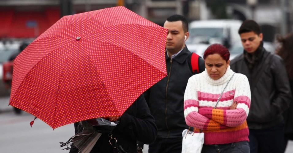 26.jul.2013 - Pedestres caminham no Viaduto Santa Generosa, no bairro do Paraíso, zona sul de São Paulo, durante manhã fria e chuvosa. A mínima na madrugada foi de 8°C, segundo o CGE (Centro de Gerenciamento de Emergências)