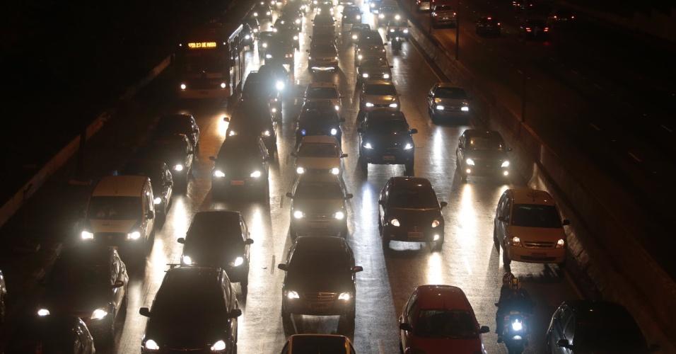 26.jul.2013 - Trânsito intenso nos dois sentidos da avenida 23 de Maio, próximo ao parque Ibirapuera, zona sul de São Paulo, no começo da noite desta sexta-feira (26)