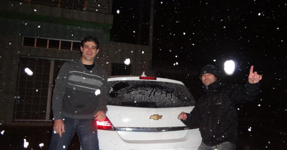 26.jul.2013 - Valdinei A. Reis e Orelio Moreira dos Santos mostram neve em São Mateus do Sul (PR)