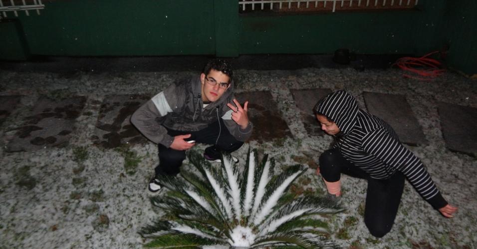 26.jul.2013 - Vinicius Oliveira A. Reis e Bianca Maria C. Oliveira mostram neve em São Mateus do Sul (PR)