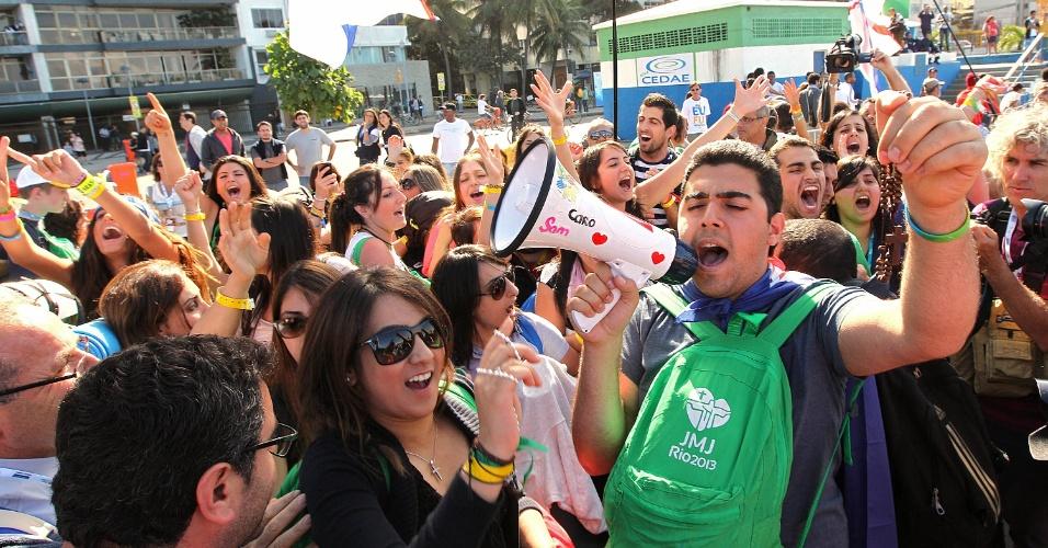 27.jul.2013 - Cerca de cem manifestantes realizam a 'Marcha das Vadias' no posto 5 da praia de Copacabana, Rio de Janeiro, contra políticas de aborto da igreja. Peregrinos protestam contra a marcha das vadias usando megafones