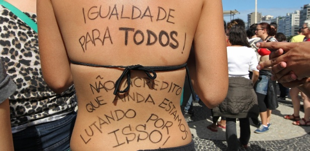 Manifestantes realizam 'Marcha das Vadias' na praia de Copacabana, Rio de Janeiro