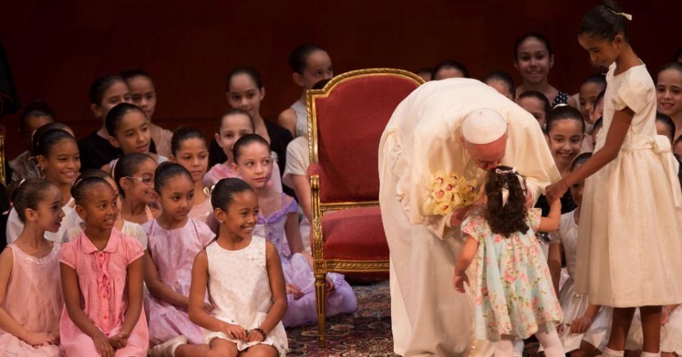 27.jul.2013 - Papa Francisco beija criança no Theatro Municipal, na Cinelândia, centro do Rio de Janeiro, onde participou de encontro com autoridades e convidados durante a JMJ (Jornada Mundial da Juventude)
