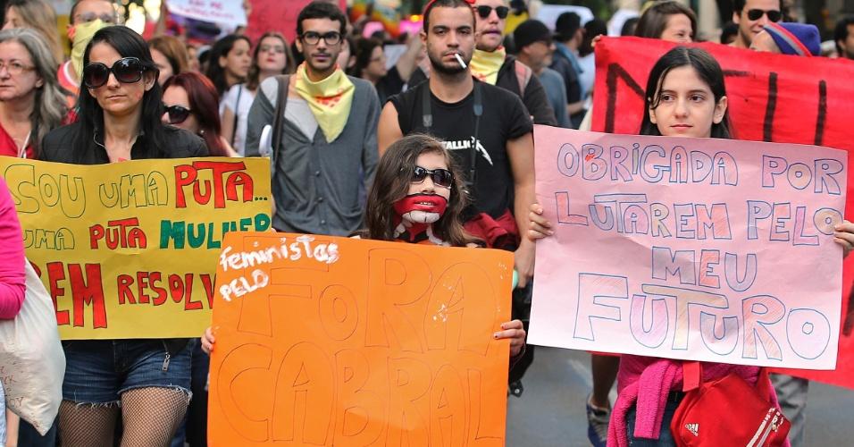 Crianças também participam da Marcha das Vadias, que acontece na praia de Copacabana, no Rio de Janeiro, deste sábado (27). Em um dos cartazes, menina agradece por lutarem pelo seu futuro. A manifestação é realizada a algumas horas do início da vigília que será ministrada pelo papa Francisco, durante a Jornada Mundial da Juventude