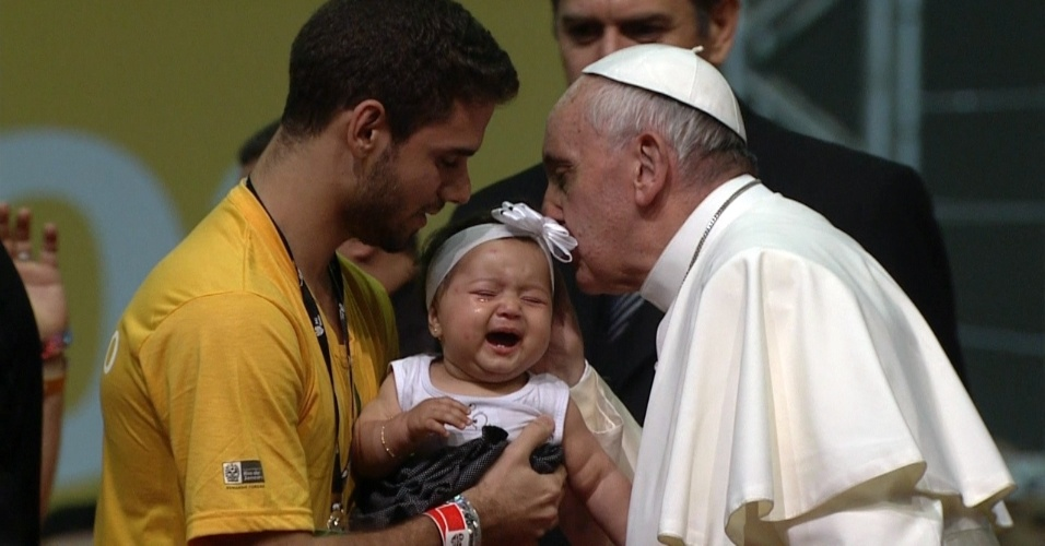 28.jul.2013 - Papa Francisco beija bebê após encontro com voluntários da Jornada Mundial da Juventude, que acontece neste domingo (28), no Riocentro, na Barra da Tijuca, no Rio de Janeiro