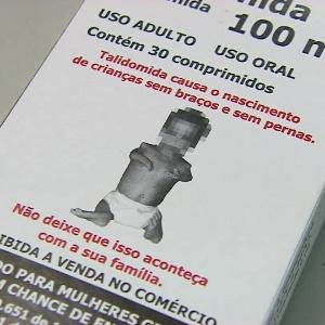 Caixa do remédio talidomida traz alertas, como uma imagem de um bebê nascido com deficiências