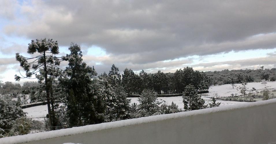 29.jul.2013 - A internauta Joice Gmach Bandeira enviou imagens da neve cobrindo a paisagem de Papanduva (SC) entre os dias 22 e 23 de julho