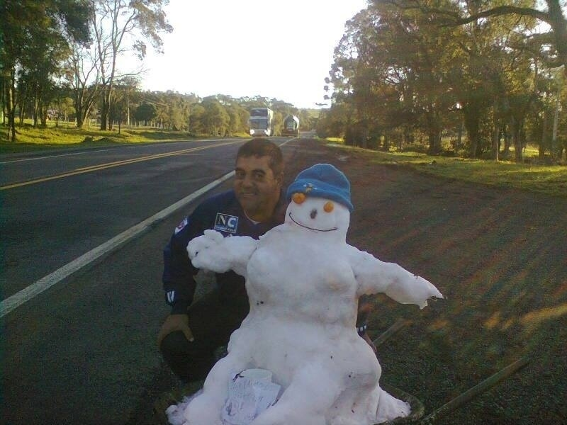 29.jul.2013 - Amadeu João Inocêncio posou com um boneco de neve no acostamento da BR 116, no caminho entre Lages e Mafra, em Santa Catarina, no dia 23