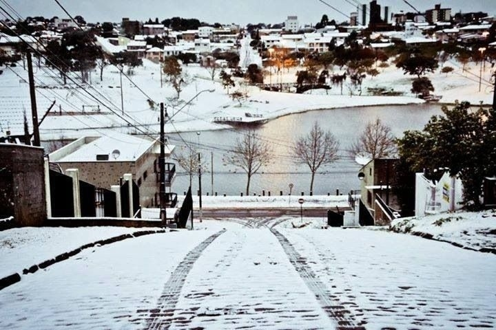 29.jul.2013 - Carlos Eduardo Tossin fez bela imagem do Parque do Lago, em Guarapuava (PR), durante a onda de frio que fez nevar em mais de cem cidades brasileiras na semana passada