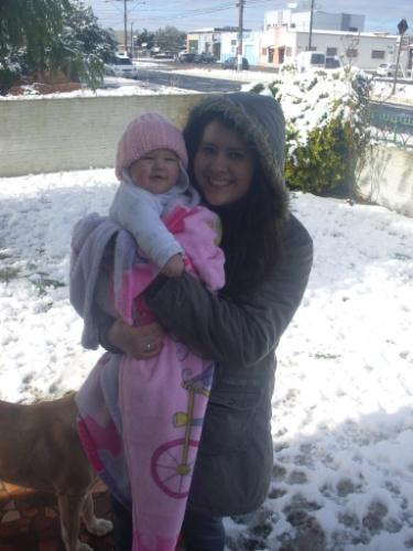 29.jul.2013 - Jéssica Seredniski Melnek levou a sobrinha de seis meses para ver a neve em Papanduva (SC) no dia 24 de julho