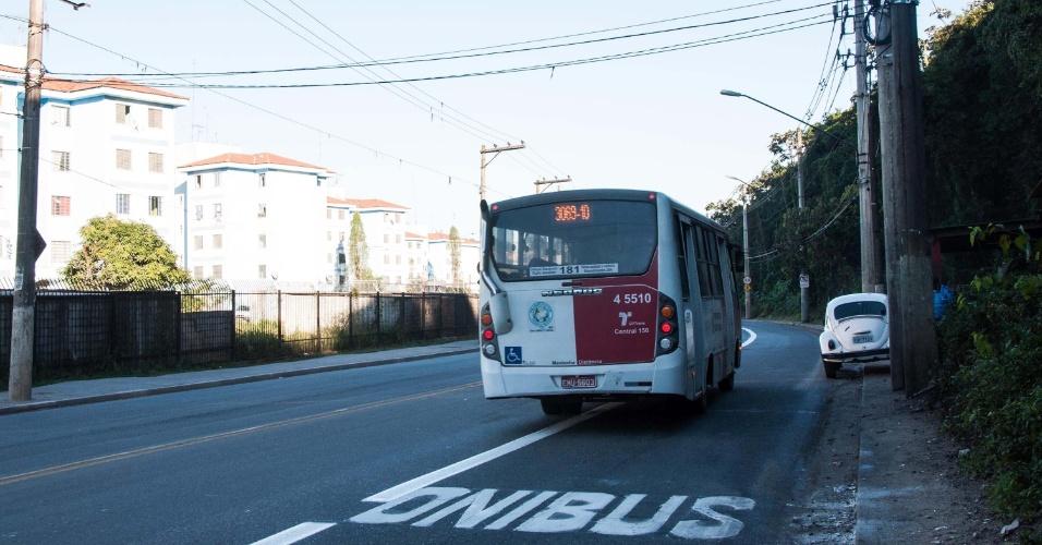 29.jul.2013 - Uma faixa exclusiva de ônibus foi implantada nos dois sentidos da pista da direita da avenida Sapopemba, zona leste de São Paulo, na manhã desta segunda-feira (29). Os ônibus terão exclusividade na faixa de segunda a sexta-feira, das 6h às 9h, no sentido centro, e das 17h às 20h, no sentido bairro