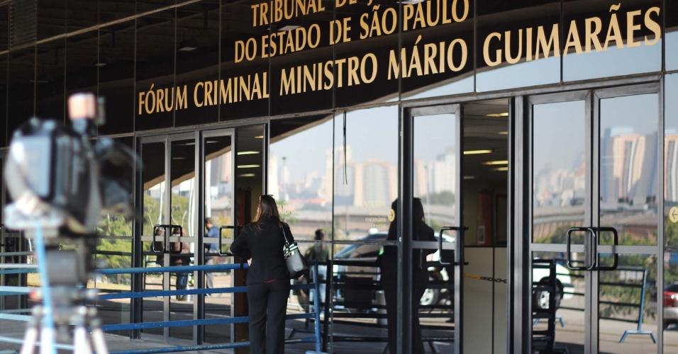 30.jul.2013 - Câmeras são posicionadas em frente ao Fórum Criminal da Barra Funda em São Paulo, nesta terça-feira (30), durante 2° dia do julgamento do massacre do Carandiru. A nova fase conta com 26 policiais no banco dos réus, dos 79 agentes acusados