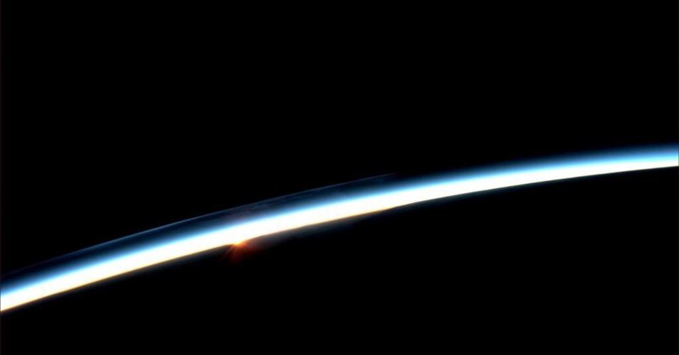 """31.jul.2013 - A astronauta Karen Nyberg, da Nasa (Agência Espacial Norte-Americana), fotografou no dia 30 de julho o """"primeiro"""" nascer do sol sobre a Terra visto da Estação Espacial Internacional (ISS, na sigla em inglês). Como a plataforma orbita o nosso planeta a cada 90 minutos, viajando a mais de 28 mil quilômetros por hora, a tripulação assiste a 16 """"nascentes"""" e """"poentes"""" do Sol diariamente"""