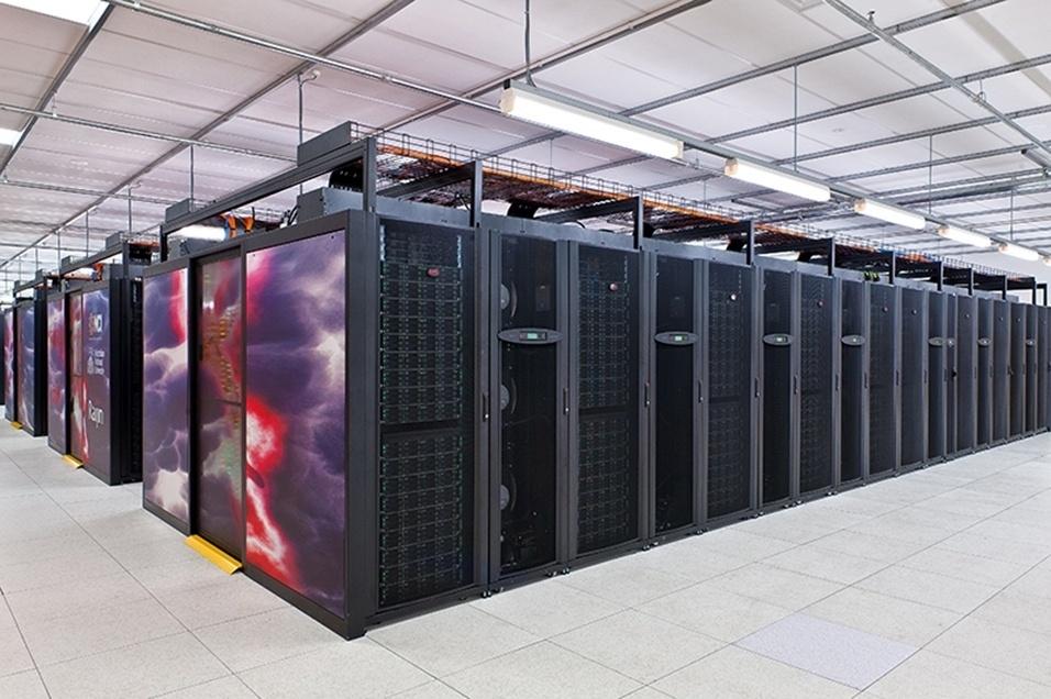 """1.ago.2013 - O computador mais potente da Austrália vai ajudar o serviço meteorológico do país. Batizado com o nome do deus japonês dos raios, dos trovões e das tempestades, """"Raijin"""" pode realizar complexas simulações e modelos muito mais rapidamente e com maior resolução, contribuindo para prever e alertar sobre as condições extremas do tempo. A máquina pesa 70 toneladas, tem 57 mil núcleos de processamento (equivalente a 15 mil computadores pessoais) e 160 terabytes de memória (equivalente a pelo menos 30 mil portáteis)"""