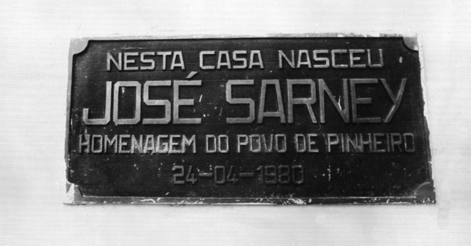 18.mai.1988 - Placa da casa onde nasceu o presidente José Sarney, é colocada em homenagem a ele em Pinheiro (MA)
