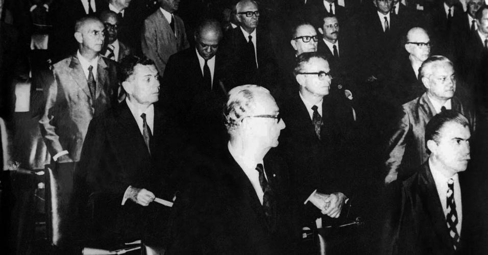 1971 - José Sarney (direita inferior) toma posse como senador pelo Maranhão