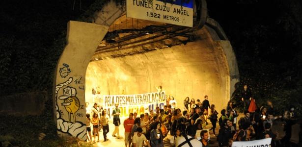 """Na quinta-feira (1º), um protesto contra o desaparecimento do pedreiro Amarildo de Souza, 42, uniu moradores da favela da Rocinha, na zona sul, """"black blocs"""" e integrantes de movimentos sociais"""